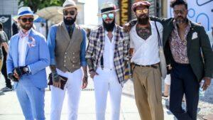 Quelques jeunes gens désireux de se réapproprier le port du chapeau, en guise d'accessoire de mode