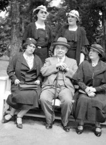 Des femmes des années 1930 portant un chapeau