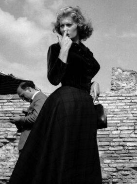 """Une femme des années 1950 """"en cheveux"""", c'est à dire : ne portant pas de chapeau"""
