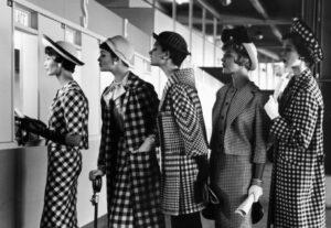 Des femmes de la fin des années 1950 portant un chapeau
