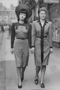 Des femmes des années 1940 portant un chapeau
