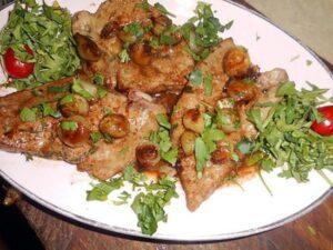 Une assiette de foie de veau aux petits oignons (© lesfoodies.com)