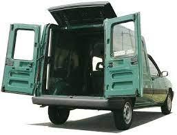 Un Renault Kangoo, girafon ouvert