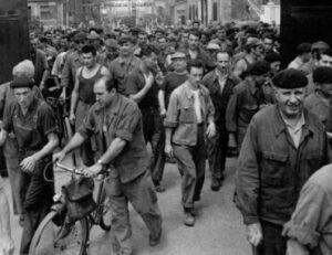 Sortie de l'usine Berliet de Vénissieux (69) en 1960 : le port de las casquette se raréfie (© Jacques Thévoz)