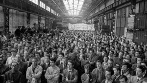 Des ouvriers de Citroën, en grève générale, en 1968 : le port de la casquette ou du chapeau a pratiquement disparu (© Jacques Marie Agence France Presse)
