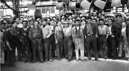 Des ouvriers français en grève en 1936 : la plupart portent une casquette
