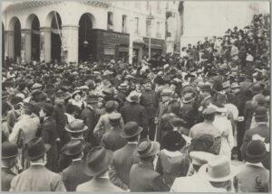 Une foule, d'avant la Deuxième Guerre mondiale : tout le monde porte un chapeau
