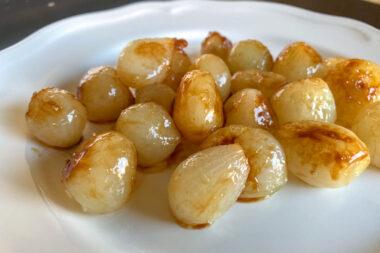 Des petits oignons glacés à blanc et à brun (© chefsimon.com)