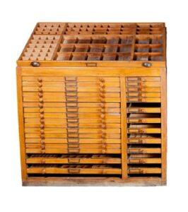 """Un meuble d'imprimeur ou """"Rang"""", destiné à ranger les """"casses"""", qui constituent des tiroirs"""