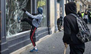 Un casseur de vitrrine, en marge d'une manifestation