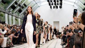 """Un défilé de mode (""""Fashion catwalk"""")"""