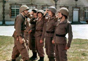 Le sergent Bellec (Jacques Seiler) face aux Charlots bidasses