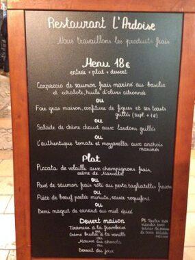 Un menu de restaurant sur ardoise