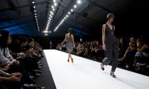 """Une piste de défilé de mode (""""Catwalk"""")"""