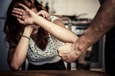 """""""Battre comme plâtre"""" c'est à dire : rosser, frapper, maltraiter ; battre avec violence à coups redoublés."""