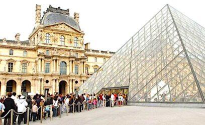 """""""Faire la file"""" (""""Faire la queue"""" pour nos amis belges) devant la pyramide du Louvre, à Paris (75)"""