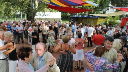 Un bal populaire réunissant des personnes du troisième âge