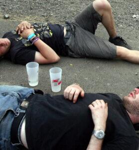 Deux jeunes hommes fortement alcoolisés, gisant sur un trottoir après la picole ( © Pascal Brocard / Le Républicain Lorrain)