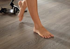 Une jeune femme marchand pieds nus chez elle