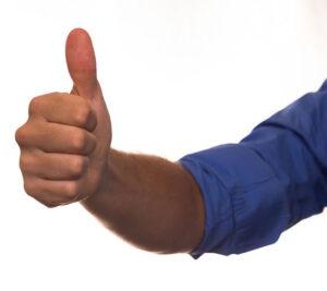 """Un pouce levé pour dire """"Comme ça !"""", """"Très bien !"""" ou """"Super"""" !"""